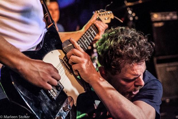 Raggen op de gitaar met een mic